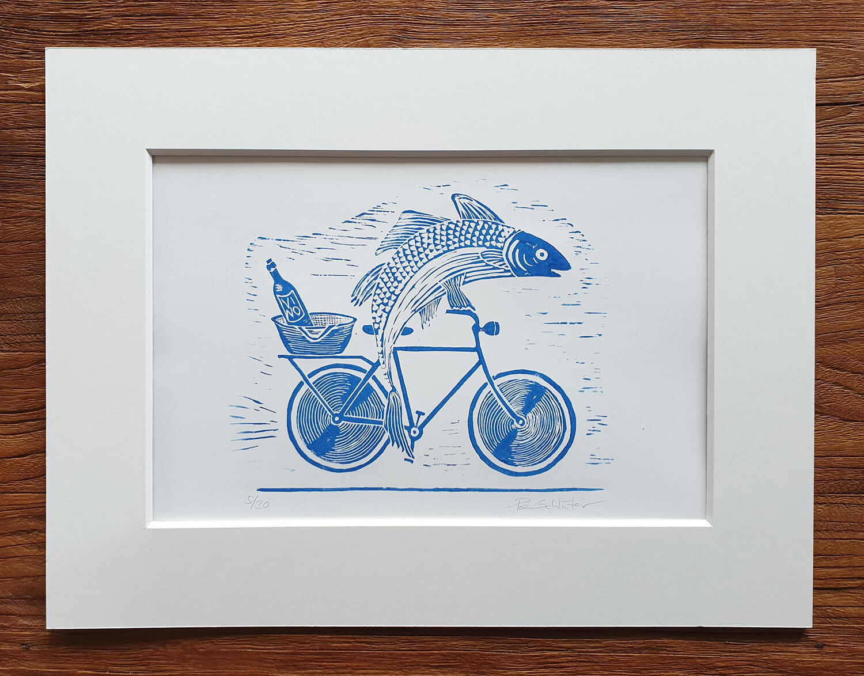 Fertiger Linoldruck/Kunstdruck: Fisch mit Fahrrad und Wein