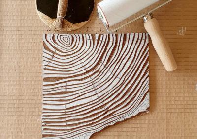 Druckprozess, Farbwalze, Linolplatte: Motiv Grow mit Baumringen und Typografie