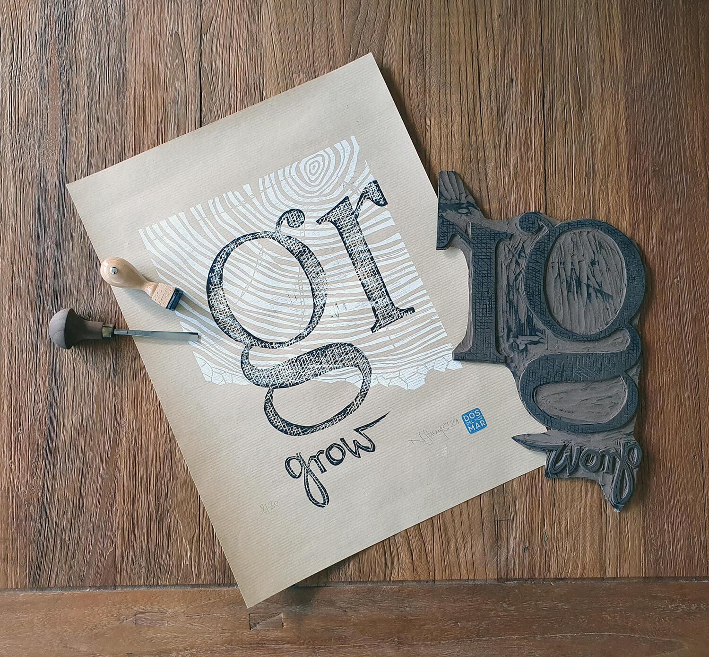 Druckprozess, Schnitzwerkzeug, Linolplatte: Motiv Grow mit Baumringen und Typografie