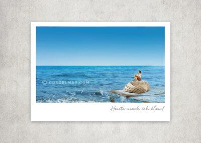 Postkarte Kleine Freiheit, Miniaturwelten, Miniaturfotografie. Miniaturfigure auf Muschel vor dem blauen Meer.