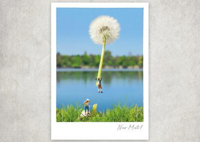 Postkarte Kleine Freiheit, Miniaturwelten, Miniaturfotografie. Miniaturfiguren mit Pusteblume.
