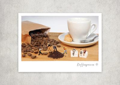 Postkarte Kleine Freiheit, Miniaturwelten, Miniaturfotografie. Miniaturfiguren mit Kaffeebohnen, Kaffeetasse, Kaffee, Zuckerwürfel, Kaffeepause.