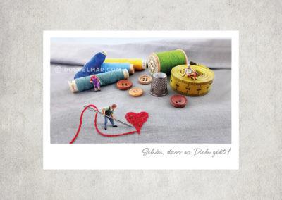Postkarte Kleine Freiheit, Miniaturwelten, Miniaturfiguren nähen Herz. Schön, dass es Dich gibt!