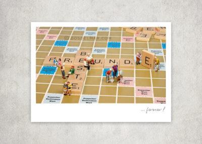 Postkarte Kleine Freiheit, Miniaturwelten, Miniaturfotografie. Miniaturfiguren mit Scrabble, Freundschaft, beste Freunde forever.