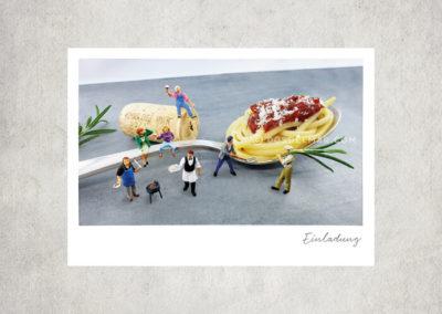 Postkarte Kleine Freiheit, Miniaturwelten, Miniaturfotografie. Miniaturfiguren mit großem Spaghettilöffel / Essen & Trinken.