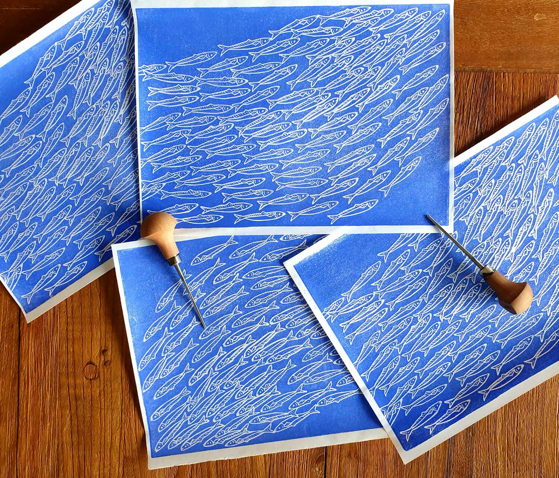 Einige Drucke mit Linolmesser: Sardinenschwarm Linoldruck/Kunstdruck mit Fischen/Sardinen Meeresbild Motiv